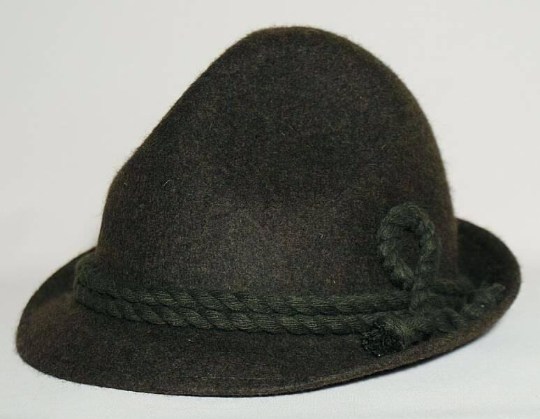 Das Haarstyling ist auch für den Hut entscheidend